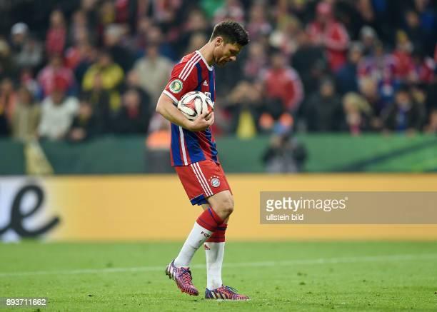 FUSSBALL FC Bayern Muenchen Borussia Dortmund Robert Lewandowski legt sich den Ball zum Elfmeter zurecht