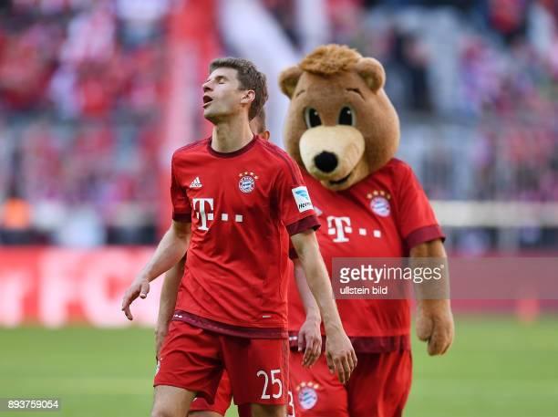 FUSSBALL 1 BUNDESLIGA SAISON FC Bayern Muenchen Borussia Moenchengladbach Enttaeuschung FC Bayern Muenchen Thomas Mueller und Maskottchen Berni