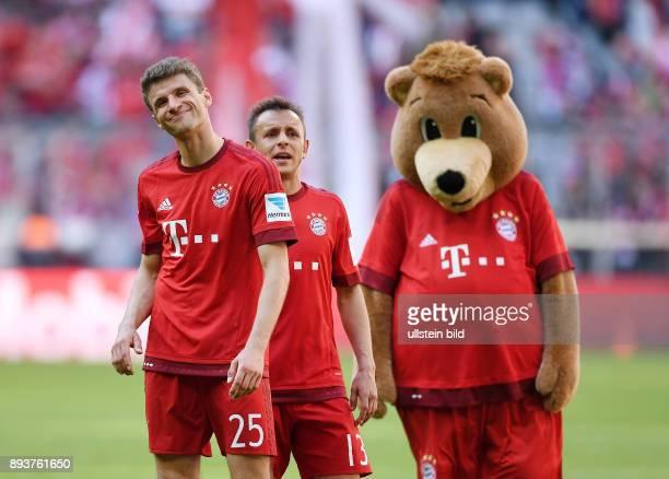 FUSSBALL 1 BUNDESLIGA SAISON FC Bayern Muenchen Borussia Moenchengladbach Enttaeuschung FC Bayern Muenchen Thomas Mueller Rafinha und Maskottchen...