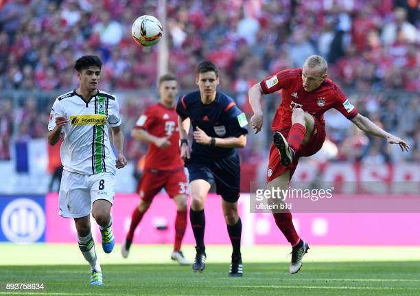 FUSSBALL 1 BUNDESLIGA SAISON FC Bayern Muenchen Borussia Moenchengladbach Sebastian Rode gegen Mahmoud Dahoud