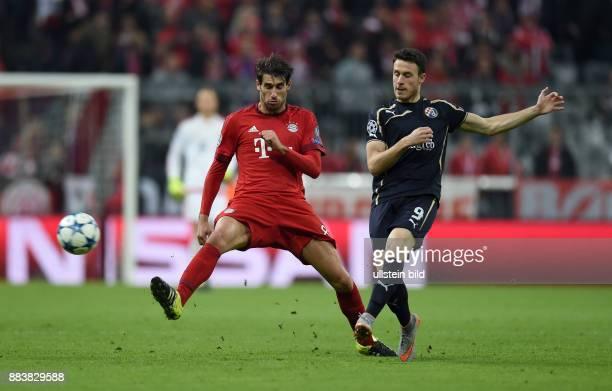 FUSSBALL FC Bayern Muenchen Dinamo Zagreb Javi Javier Martinez gegen Angelo Henriquez