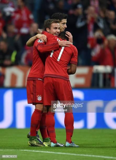 Bayern Muenchen - Dinamo Zagreb Torjubel: Mario Goetze, Robert Lewandowski und Douglas Costa