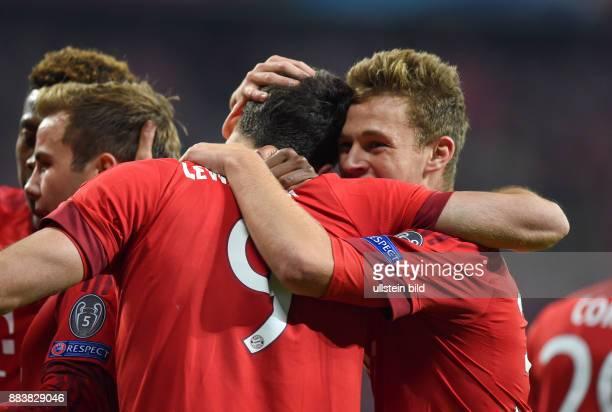 Bayern Muenchen - Dinamo Zagreb Torjubel nach dem 5:0: Robert Lewandowski und Joshua Kimmich