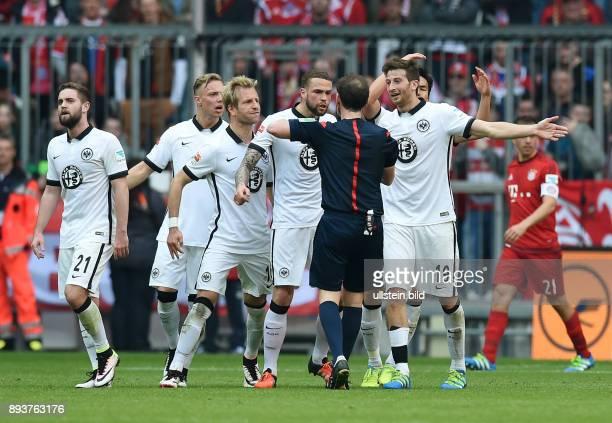 FUSSBALL 1 BUNDESLIGA SAISON FC Bayern Muenchen Eintracht Frankfurt Eintracht Frankfurt Spieler fordern von Schiedsrichter Florian Meyer einen...