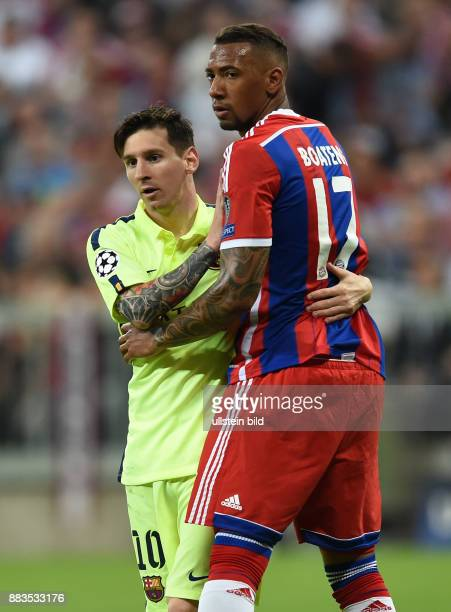 FUSSBALL FC Bayern Muenchen FC Barcelona Lionel Messi und Jerome Boateng demonstrieren Fairplay