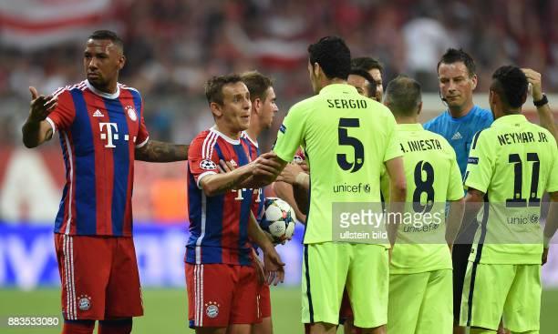 FUSSBALL FC Bayern Muenchen FC Barcelona Wilde Diskussion Jerome Boateng Rafinha und Philipp Lahm diskutieren mit Sergio Busquets Andres Iniesta und...