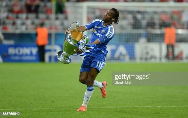 FUSSBALL SAISON FC Bayern Muenchen FC Chelsea Didier Drogba jubelt nach dem Abpfiff mit dem Champions League Pokal