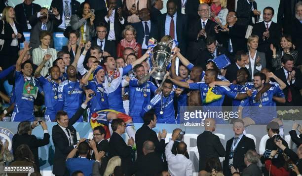 FUSSBALL SAISON FC Bayern Muenchen FC Chelsea Die Mannschaft des FC Chelsea jubelt mit dem Champions League Pokal