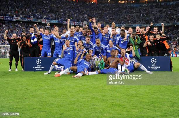 FUSSBALL SAISON FC Bayern Muenchen FC Chelsea Teamphoto FC Chelsea mit Pokal