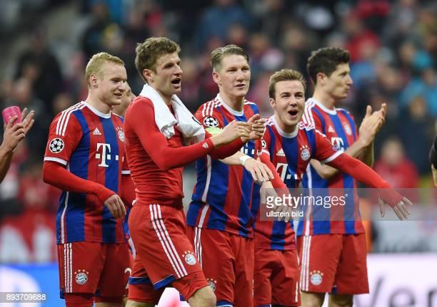 FUSSBALL CHAMPIONS FC Bayern Muenchen FC Schachtar Donezk Schlussjubel FC Bayern Muenchen Sebastian Rode Thomas Mueller Bastian Schweinsteiger und...