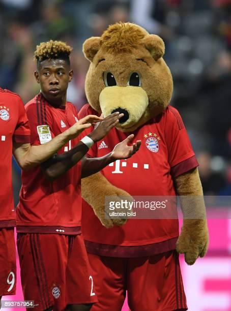 FUSSBALL 1 BUNDESLIGA SAISON FC Bayern Muenchen FC Schalke 04 David Alaba mit FC Bayern Maskottchen Berni
