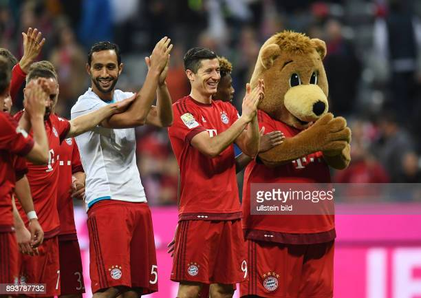 FUSSBALL 1 BUNDESLIGA SAISON FC Bayern Muenchen FC Schalke 04 Mehdi Benatia Robert Lewandowski David Alaba und Maskottchen Berni