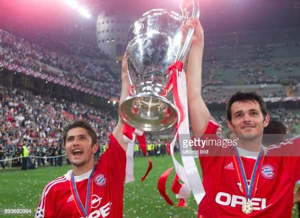 FUSSBALL CHAMPIONSLEAGUE FINALE SAISON 5 n E Bayern Muenchen Bixente Lizarazu und Willy Sagnol mit CHL Pokal