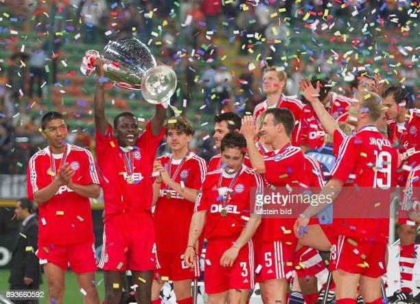 FUSSBALL CHAMPIONSLEAGUE FINALE SAISON 5 n E Bayern Muenchen Giovane Elber Samuel Kuffour mit CHL Pokal Owen Hargreaves Willy Sagnol Bixente Lizarazu...