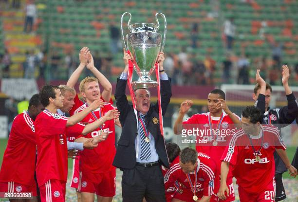 FUSSBALL CHAMPIONSLEAGUE FINALE SAISON 5 n E Bayern Muenchen Samuel Kuffour Thorsten Fink Mehmet Scholl Stefan Effenberg Trainer Ottmar Hitzfeld mit...
