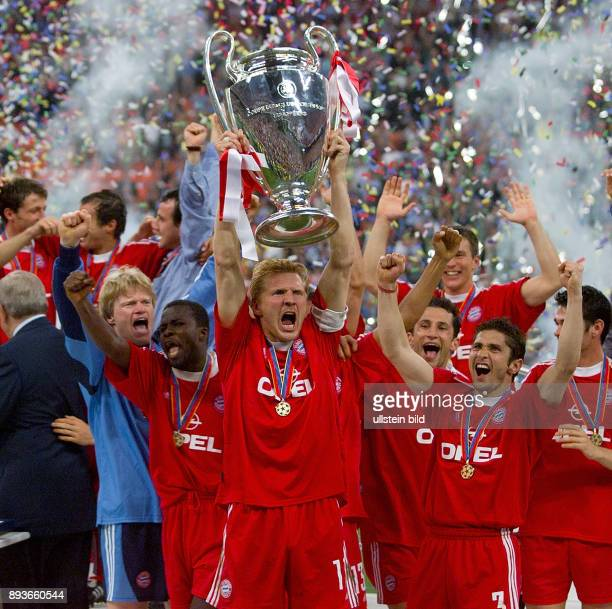 FUSSBALL CHAMPIONSLEAGUE FINALE SAISON 5 n E Bayern Muenchen Torwart Oliver Kahn Samuel Kuffour Stefan Effenberg mit CHL Pokal Hasan Salihamidzic...