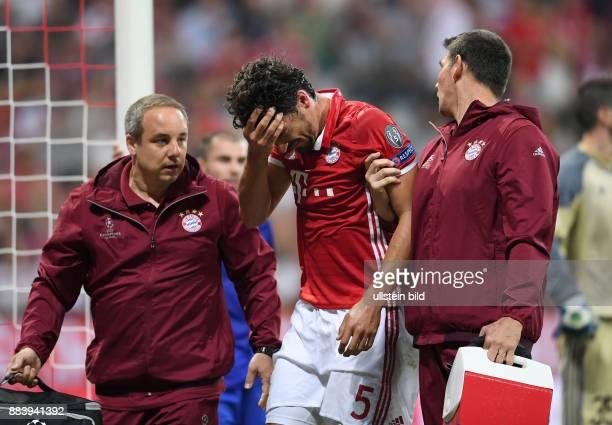 FUSSBALL FC Bayern Muenchen FK Rostow Mats Hummels hat sich am Kopf verletzt Dr med Volker Braun kuemmert sich