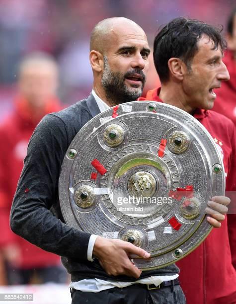 Bayern Muenchen - Hannover 96 Der FC Bayern feiert seine 26. Deutsche Meisterschaft: Trainer Pep Guardiola mit der Meitserschale