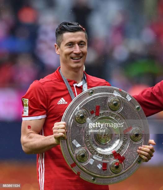 Bayern Muenchen - Hannover 96 Der FC Bayern feiert seine 26. Deutsche Meisterschaft: Robert Lewandowski mit der Meitserschale