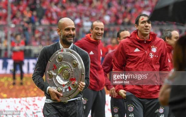 Bayern Muenchen - Hannover 96 Der FC Bayern seine 26. Deutsche Meisterschaft: Trainer Pep Guardiola stemmt die Meisterschale