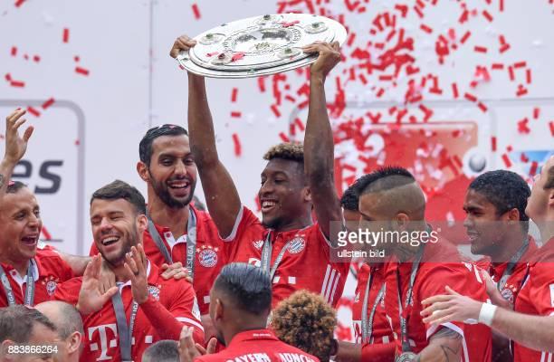 Bayern Muenchen - Hannover 96 Der FC Bayern seine die 26. Deutsche Meisterschaft: Kingsley Coman jubelt mit der Meisterschale