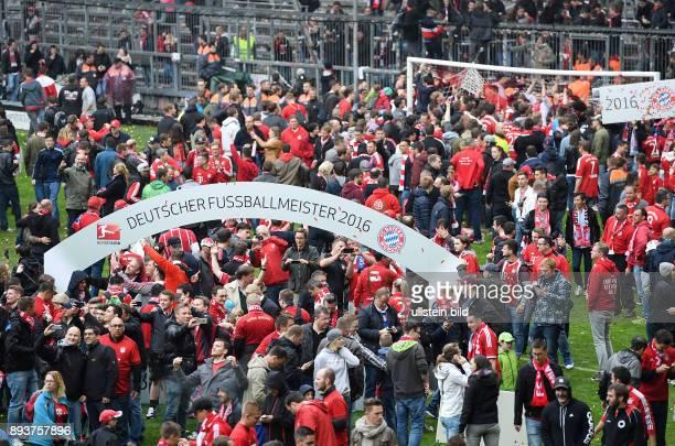 Bayern Muenchen - Hannover 96 Die FC Bayern Fans feiert die 26. Deutsche Meisterschaft im Innenraum der Allianz Arena