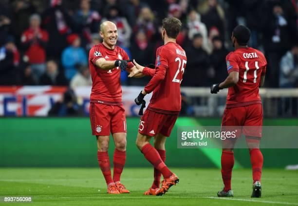 FUSSBALL FC Bayern Muenchen Olympiakos Piraeus Jubel FC Bayern Muenchen Thomas Mueller bedankt sich bei Arjen Robben fuer dessen Vorlage zu seinem...