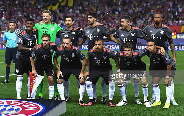 Bayern Muenchen players line up before the UEFA Champions League group D match between Club Atletico de Madrid and FC Bayern Muenchen at the Vicente...