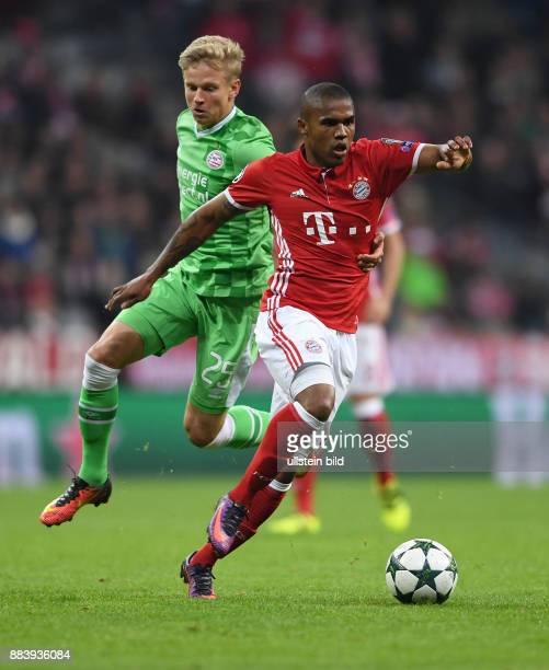 FUSSBALL FC Bayern Muenchen PSV Eindhoven Douglas Costa gegen Olexandr Zinchenko