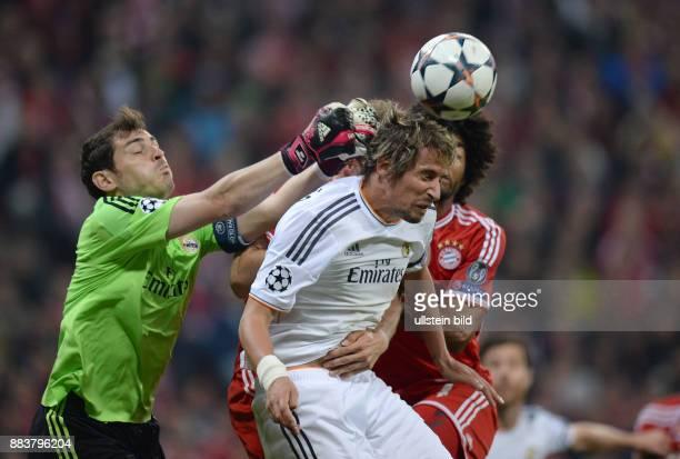 FUSSBALL CHAMPIONS FC Bayern Muenchen Real Madrid Torwart Iker Casillas und Fabio Coentrao sichern Tor und Ball vor Dante