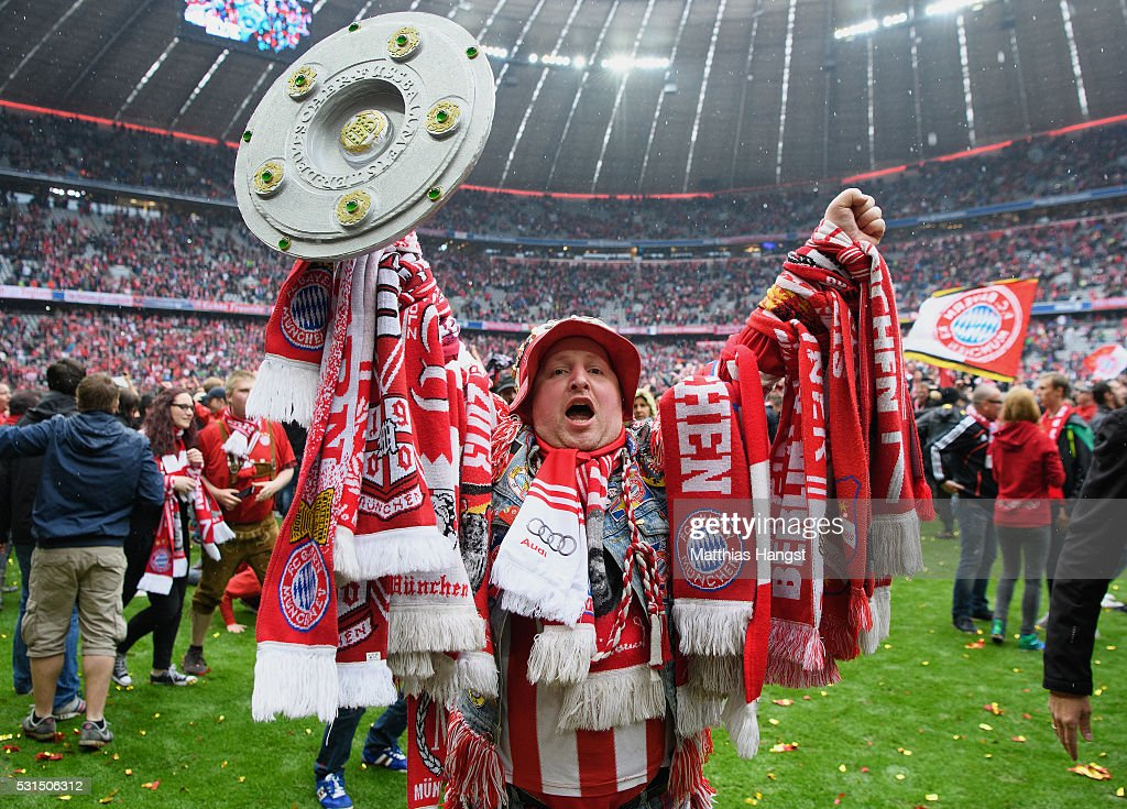 Bayern Muenchen supporters celebrate the Bundesliga champions after the Bundesliga match between FC Bayern Muenchen and Hannover 96 at Allianz Arena on May 14, 2016 in Munich, Germany.