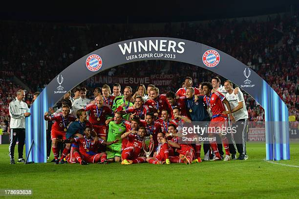 Bayern Munich players pose with the Super Cup after victory in the UEFA Super Cup between Bayern Muenchen and Chelsea at Stadion Eden on August 30...