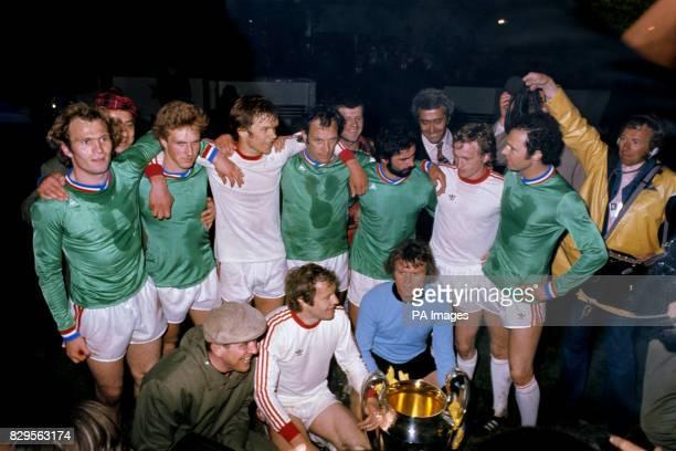 Bayern Munich pose with the European Cup after their 10 victory Uli Hoeness KarlHeinz Rummenigge Udo Horsmann Franz Roth Gerd Muller Bernd Durnberger...