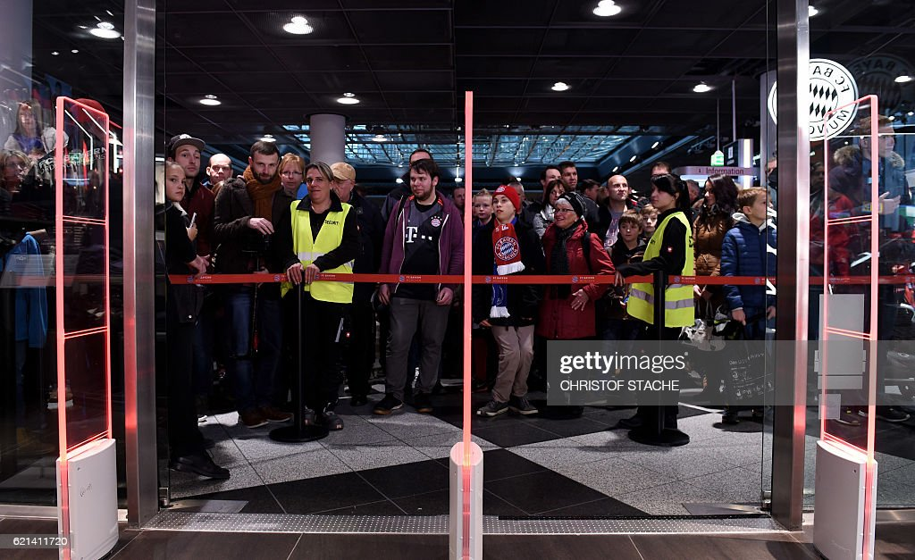 the best attitude c62a6 7f8f2 Bayern Munich supporters wait in front of the new store ...