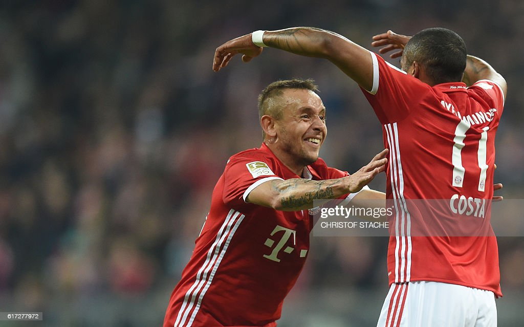 Bayern Munich's Brazilian defender Rafinha (L) and Bayern Munich's Brazilian midfielder Douglas Costa (R) celebrate after the second goal for Munich during the German first division Bundesliga football match between FC Bayern Munich and Borussia Moenchengladbach in Munich, southern Germany, on October 22, 2016. / AFP / CHRISTOF
