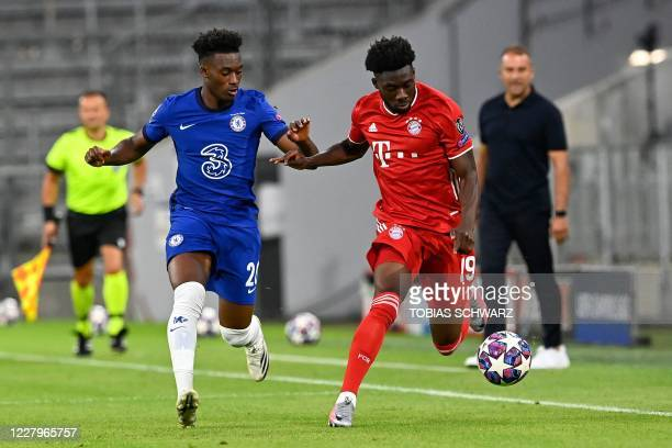 Bayern Munich's Canadian midfielder Alphonso Davies fights for the ball with Chelsea's English midfielder Callum Hudson-Odoi during the UEFA...