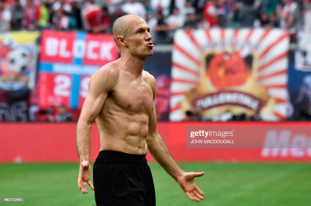 Bayern Munich's Dutch midfielder Arjen Robben celebrates with supporters at the end of the Bundesliga match RB Leipzig vs Bayern Munich in Leipzig on May 13, 2017. Bayern came from behind to win 5 to 4 in the dying minutes of the match. / AFP PHOTO / John