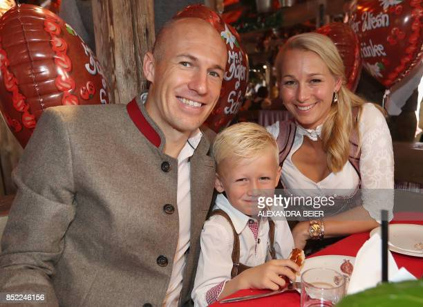 Bayern Munich's Dutch midfielder Arjen Robben poses with his wife Bernadien Eillert and son during the traditional visit of FC Bayern Munich at the...