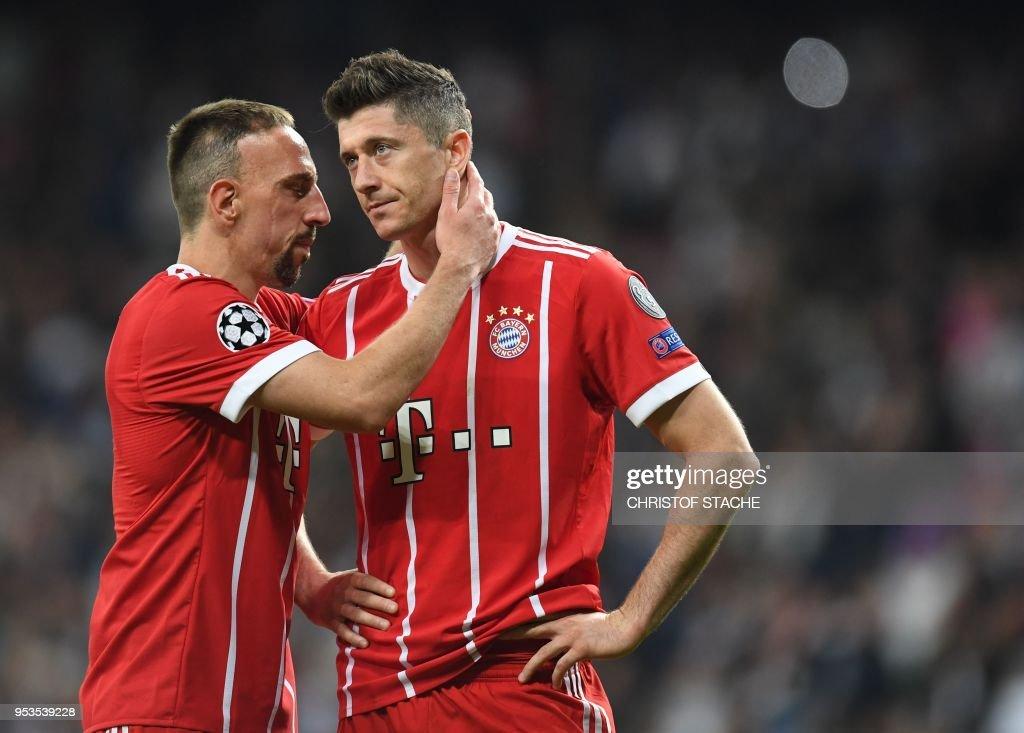 TOPSHOT - Bayern Munich's French midfielder Franck Ribery (L) and Bayern Munich's Polish forward Robert Lewandowski react after the UEFA Champions League semi-final second-leg football match Real Madrid CF vs FC Bayern Munich in Madrid, Spain, on May 1, 2018. -