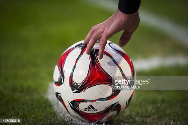 Bayern Munich's French midfielder Franck Ribery places the ball for a corner kick during the German Cup DFB football match Hamburg SV vs FC Bayern...