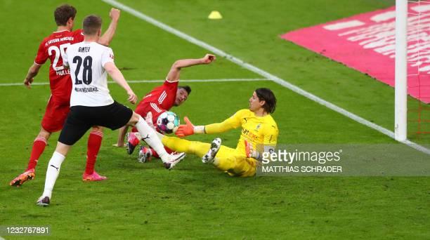 Bayern Munich's German forward Thomas Mueller, Moenchengladbach's German defender Matthias Ginter, Bayern Munich's Polish forward Robert Lewandowski...