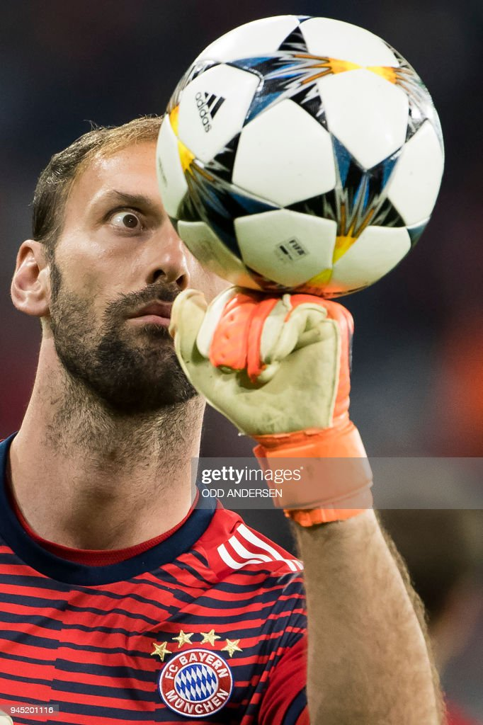 TOPSHOT - Bayern Munich's German goalkeeper Tom Starke eyes the ball during warm up for the UEFA Champions League quarter-final second leg football match between Bayern Munich and Sevilla FC on April 11, 2018 in Munich, southern Germany. / AFP PHOTO / Odd ANDERSEN