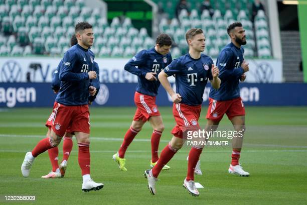 Bayern Munich's German midfielder Joshua Kimmich warms up with Bayern Munich's Cameroonian forward Eric Maxim Choupo-Moting , Bayern Munich's French...