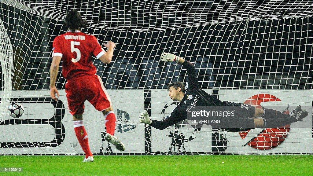 Bayern Munich's goalkeeper Hans-Joerg Bu : News Photo