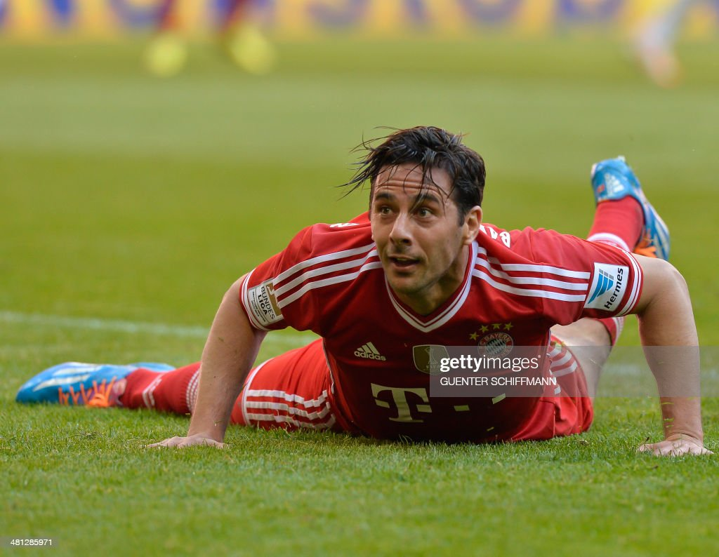 Bayern Munich's Peruian striker Claudio Pizarro watches the ball for his first goal during the German first division Bundesliga football match FC Bayern Munich vs TSG Hoffenheim in the southern German city of Munich on March 29, 2014.