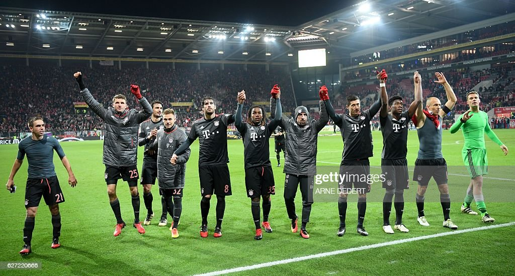 Bayern Munich's players celebrate after the German first division Bundesliga football match between FSV Mainz 05 and FC Bayern Munich in Mainz, southern Germany on December 2, 2016. / AFP / dpa / Arne Dedert / NO Getty Images (GETTY-VD) - Germany