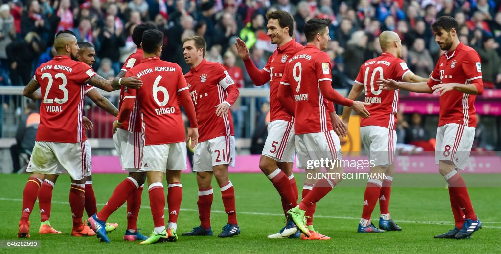 Bayern Munich's players celebrate their fith goal during the German first division Bundesliga football match between Bayern Munich and Hamburger SV in Munich, southern Germany, on February 25, 2017. / AFP / Guenter