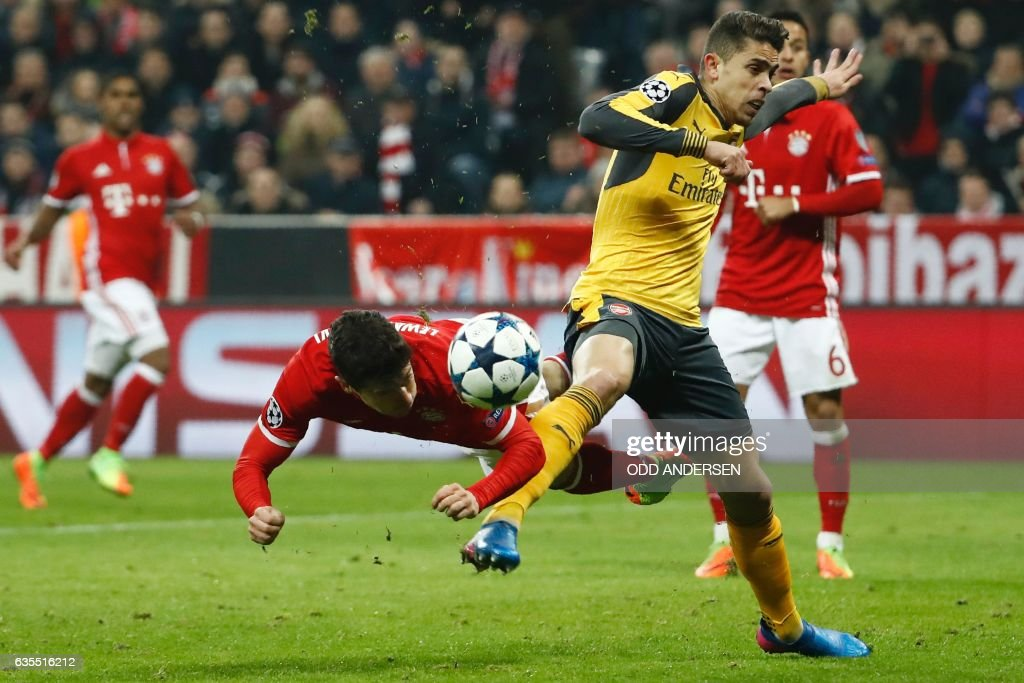 TOPSHOT - Bayern Munich's Polish forward Robert Lewandowski and Arsenal's Brazilian defender Gabriel vie for the ball during the UEFA Champions League round of sixteen football match between FC Bayern Munich and Arsenal in Munich, southern Germany, on February 15, 2017. / AFP / Odd ANDERSEN