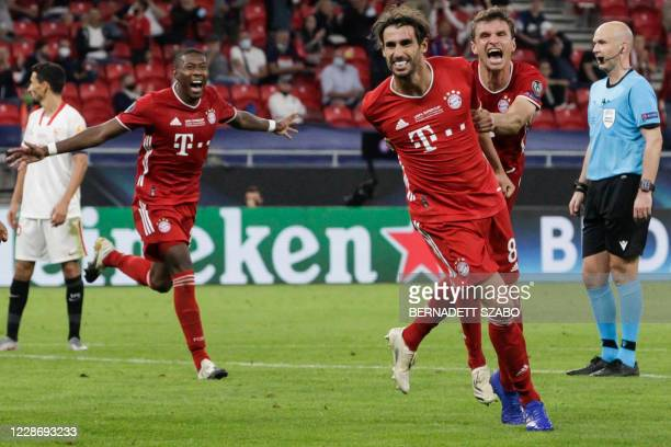 Bayern Munich's Spanish midfielder Javier Martinez celebrates scoring the 2-1 goal with his team-mates during extra time the UEFA Super Cup football...