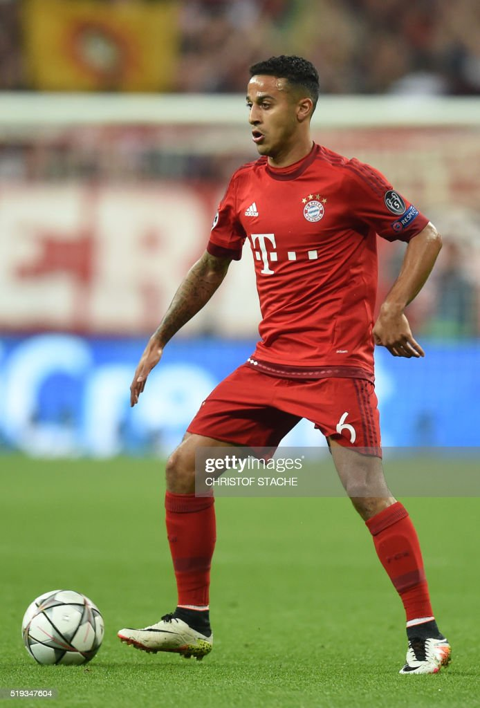 Bayern Munich's Spanish midfielder Thiago Alcantara plays the ball during the Champions League quarterfinal, first-leg football match between Bayern Munich and SL Benfica in the stadium in Munich, southern Germany, on April 5, 2016.